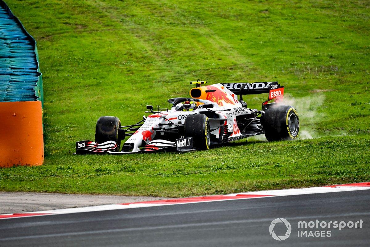 Sergio Pérez, Red Bull Racing RB16B, en la hierba tras un trompo
