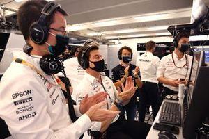 Toto Wolff, Team Principal et PDG, Mercedes AMG, et l'équipe Mercedes applaudissent les efforts du troisième Lewis Hamilton, Mercedes, depuis le garage