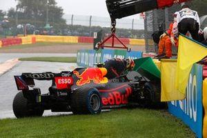 Sergio Pérez, Red Bull Racing RB16B, se baja de su coche después de chocar en el camino a la parrilla