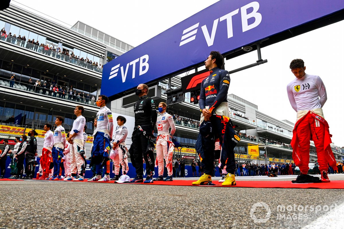 Los pilotos se colocan en la parrilla para escuchar el himno nacional antes de la salida