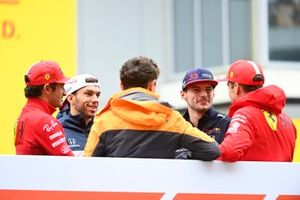 Carlos Sainz Jr., Ferrari, Pierre Gasly, AlphaTauri, Lando Norris, McLaren, Max Verstappen, Red Bull Racing, en Charles Leclerc, Ferrari, in de rijdersparade