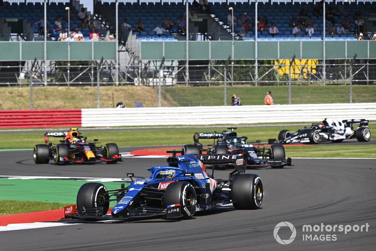 Fernando Alonso, Alpine A521, Lance Stroll, Aston Martin AMR21, y Sergio Pérez, Red Bull Racing RB16B