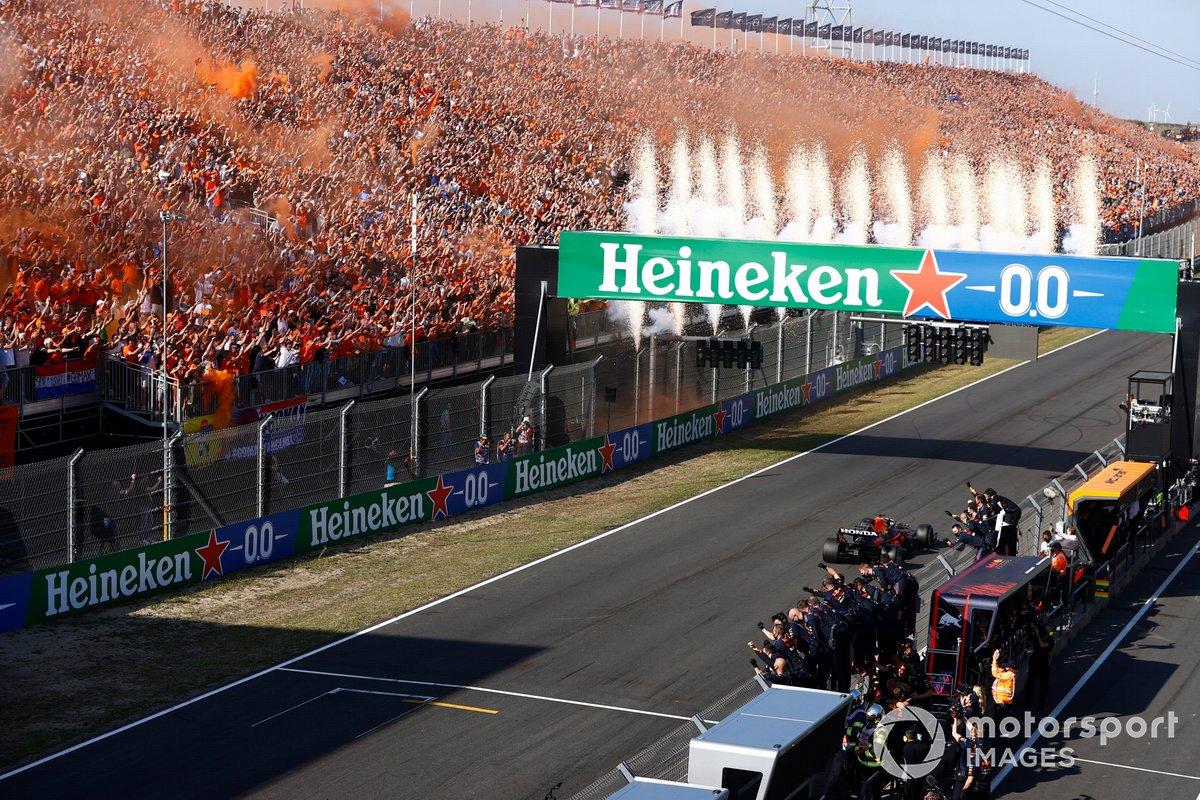 Max Verstappen, Red Bull Racing RB16B, vince il GP d'Olanda
