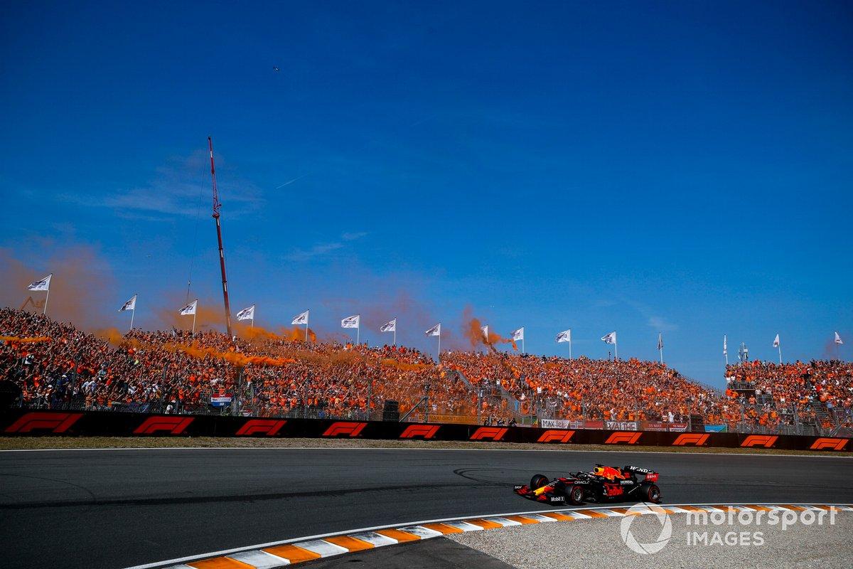 Ganador de la carrera, Max Verstappen, el RB16B de Red Bull Racing saludando a sus fans