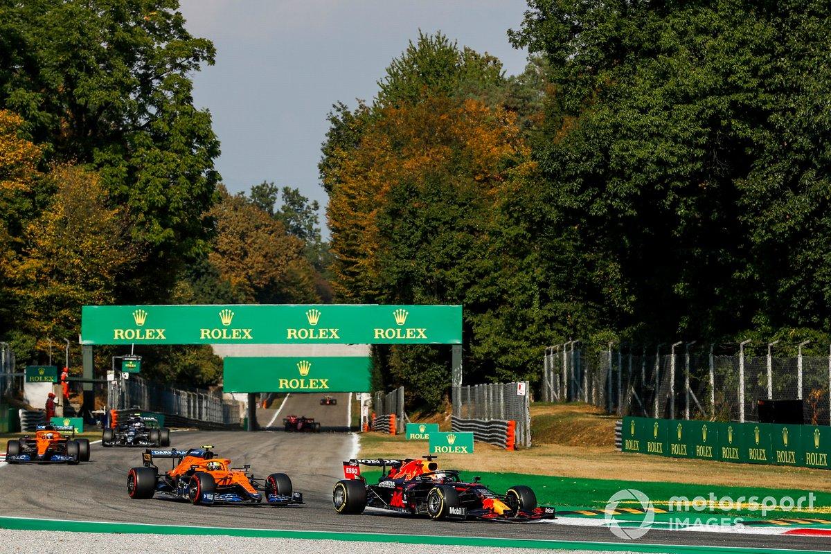 Max Verstappen, Red Bull Racing RB16B, Lando Norris, McLaren MCL35M, e Daniel Ricciardo, McLaren MCL35M