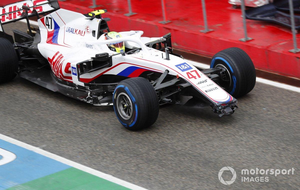 Mick Schumacher, Haas VF-21, con un alerón delantero dañado