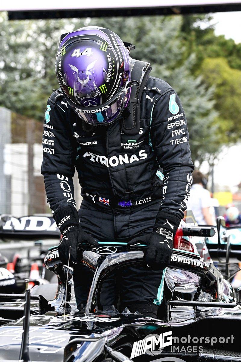 Il Pole man Lewis Hamilton, Mercedes, arriva nel Parc Ferme