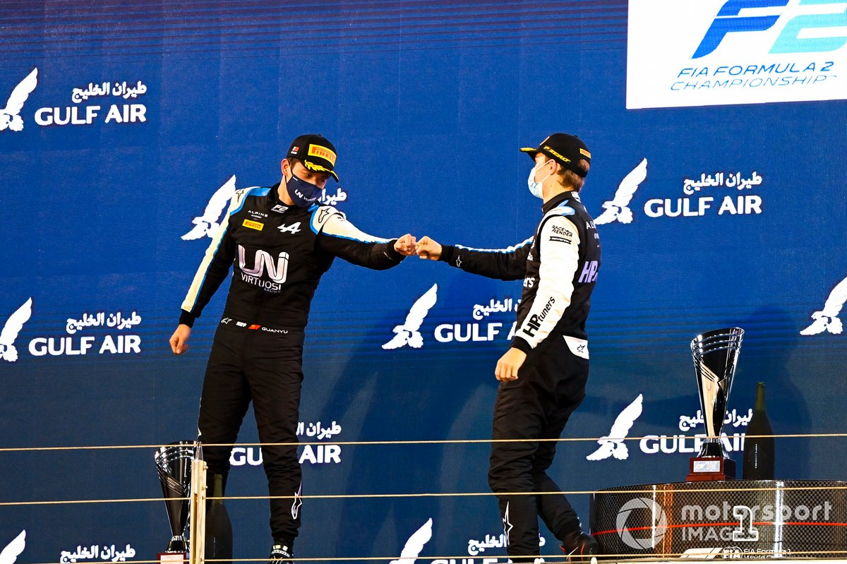 Podio: segundo lugar Guanyu Zhou, Uni-Virtuosi Racing, ganador Oscar Piastri, Prema Racing