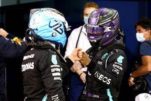 Valtteri Bottas, Mercedes, et Lewis Hamilton, Mercedes, se félicitent dans le Parc Fermé