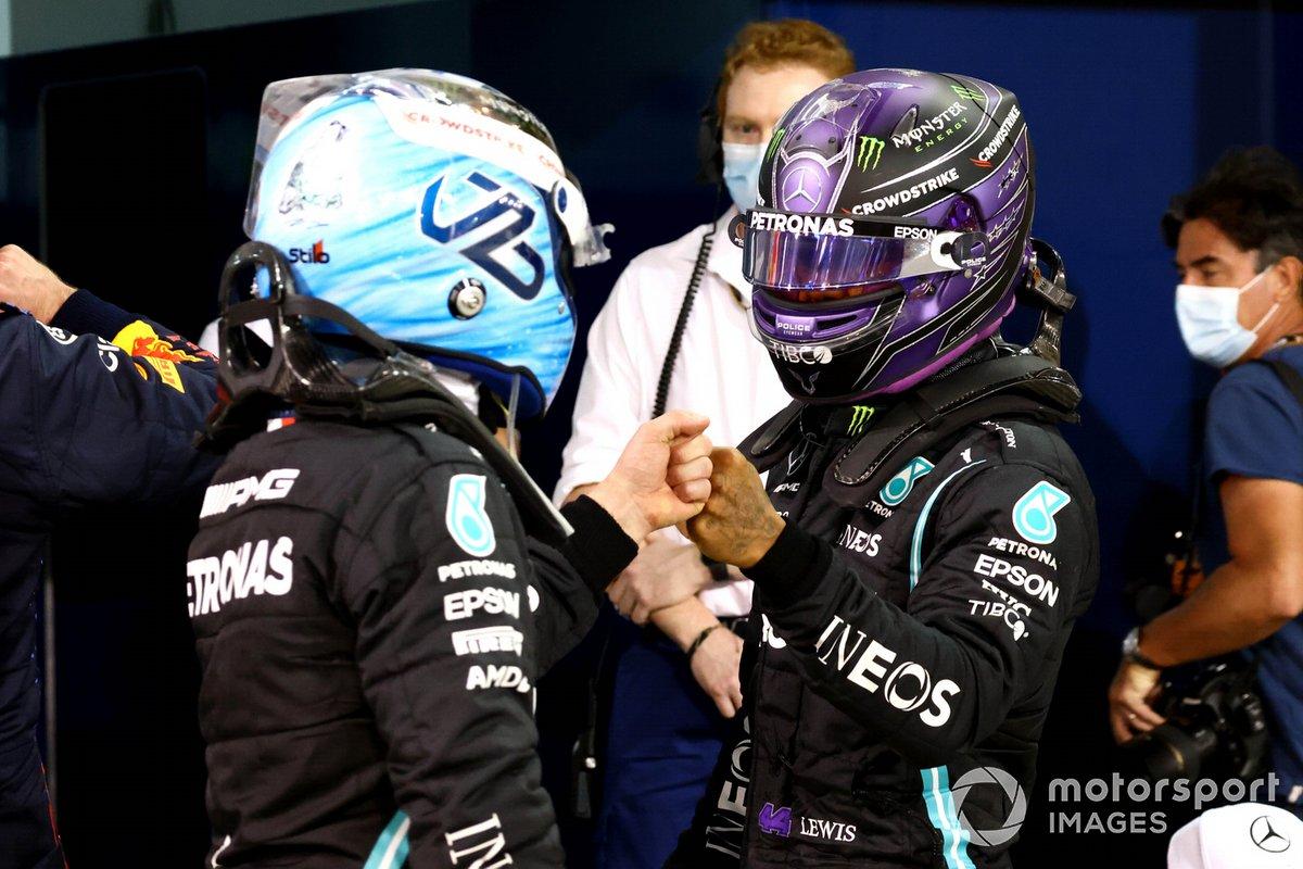 Valtteri Bottas, Mercedes, e Lewis Hamilton, Mercedes, nel Parco Chiuso dopo la Qualifica
