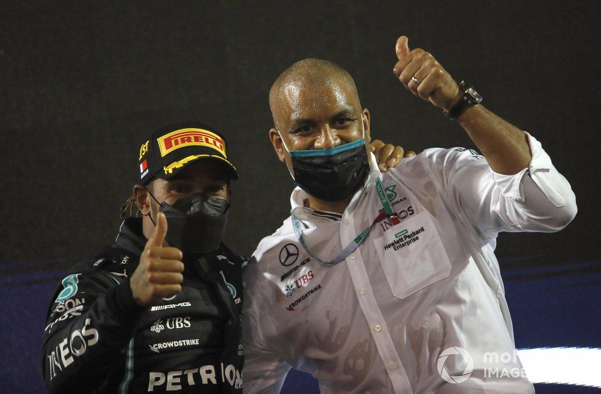 Lewis Hamilton, Mercedes, festeggia la vittoria con il compagno di squadra