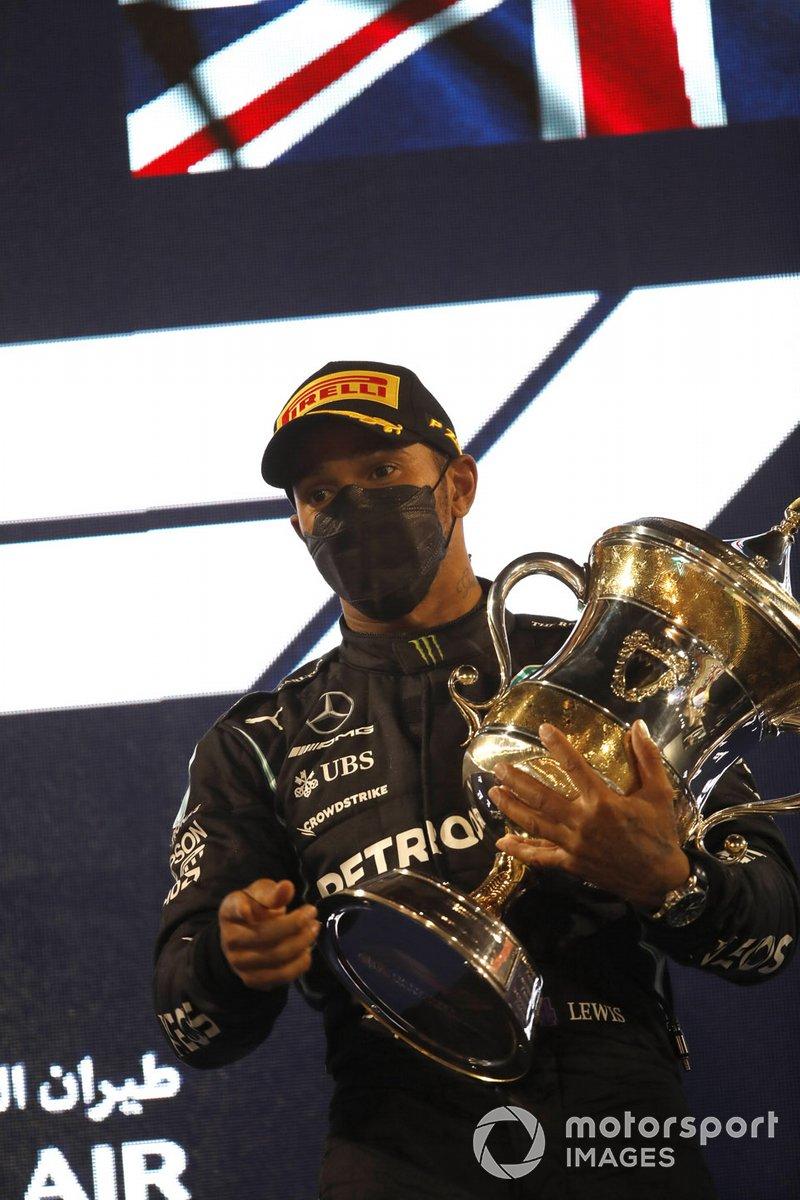 Lewis Hamilton, Mercedes W12 1a posizione, sul podio con il trofeo