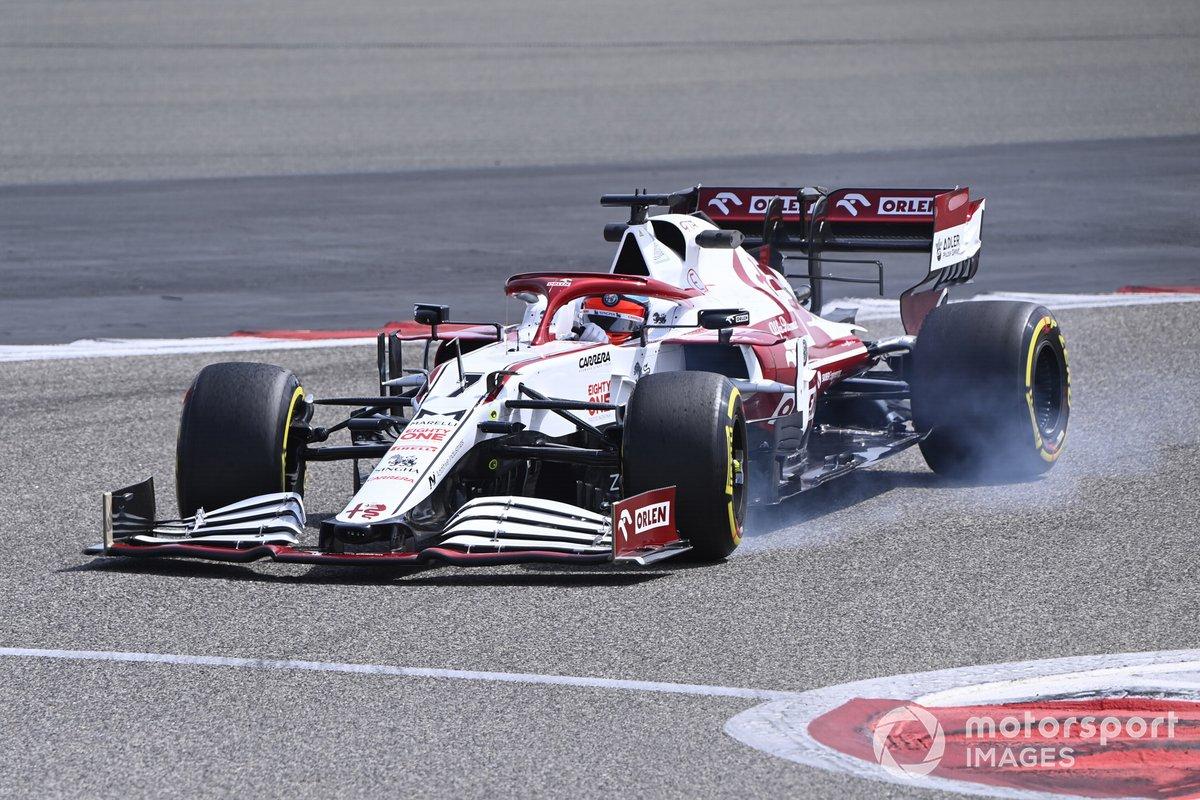 Kimi Raikkonen, Alfa Romeo Racing C41, locks up