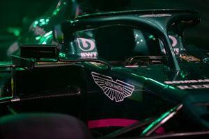 Het Aston Martin logo op de AMR21
