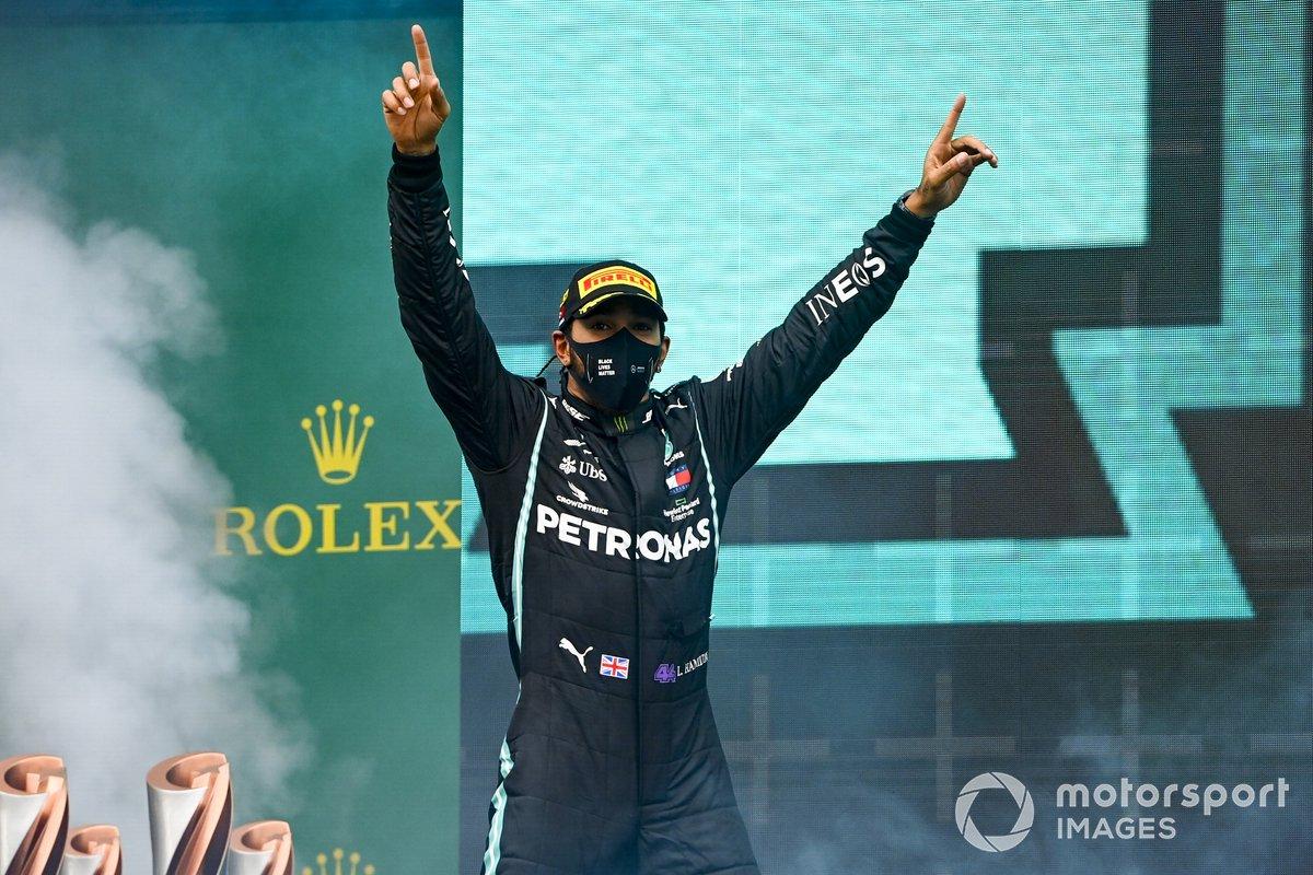 Lewis Hamilton, Mercedes-AMG F1, merayakan kemenangan dan gelar juara dunianya di podium