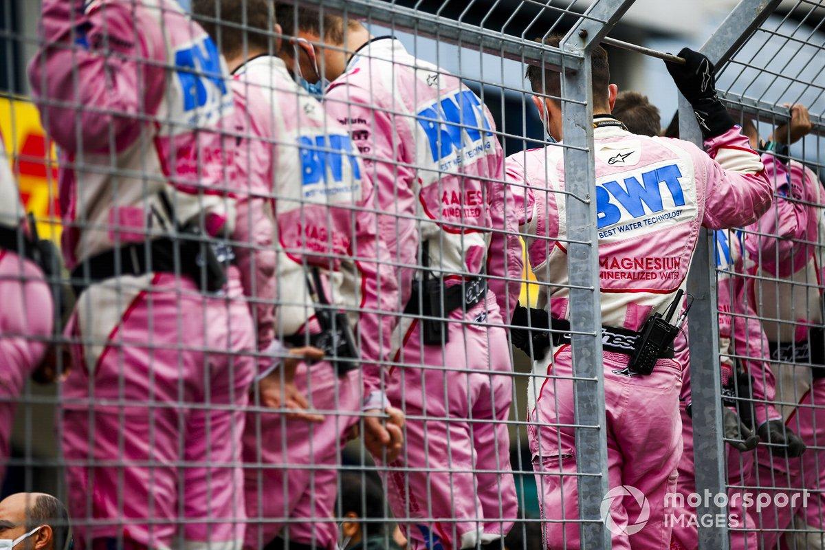 Los mecánicos de Racing Point celebran en el Parc Ferme