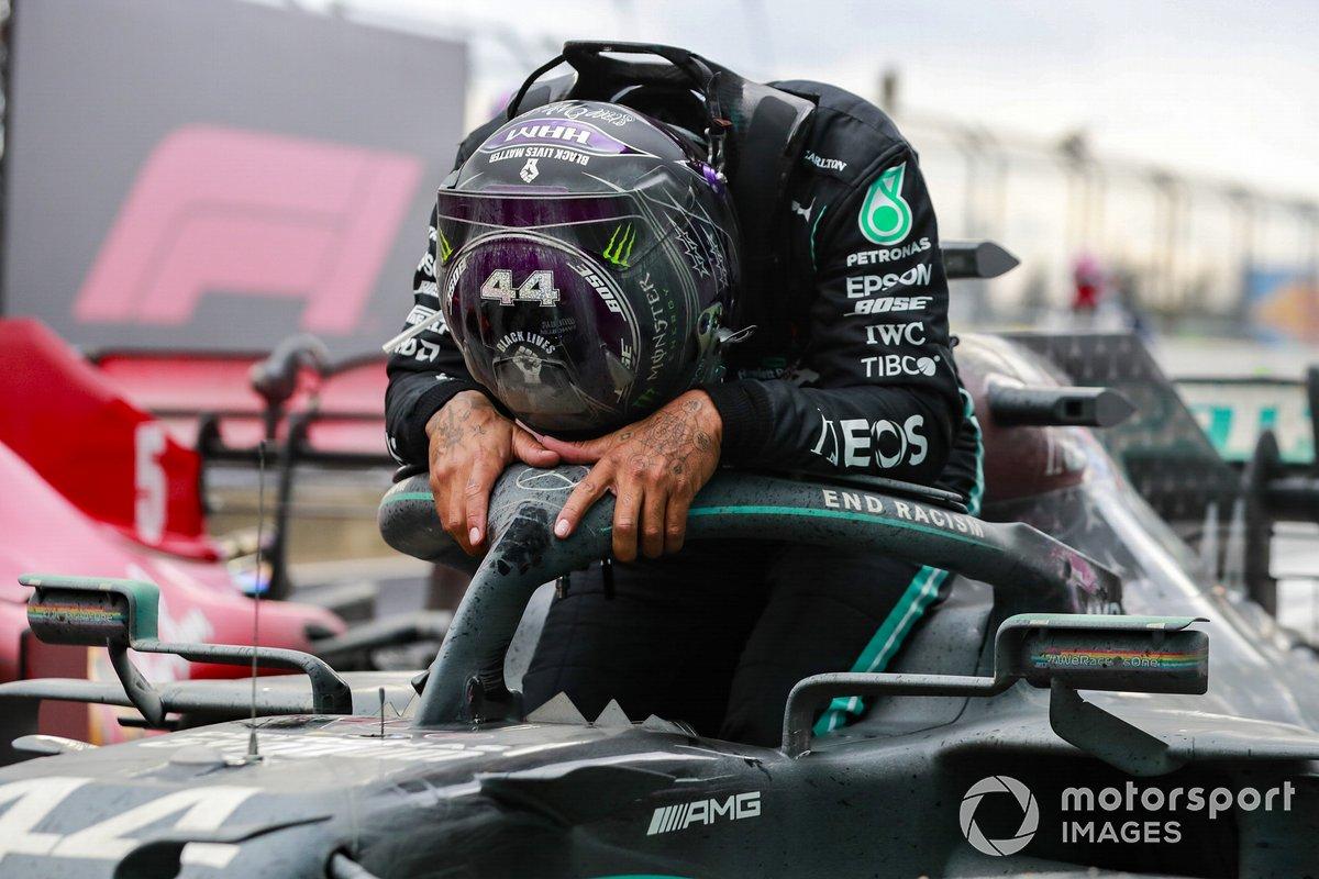 Lewis Hamilton, Mercedes-AMG F1, di parc ferme usai kesuksesan menjadi juara dunia sebanyak tujuh kali