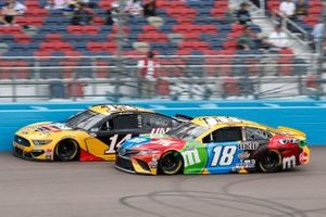 Clint Bowyer, Stewart-Haas Racing, Ford Mustang Rush/HAAS CNC, Kyle Busch, Joe Gibbs Racing, Toyota Camry M&M's