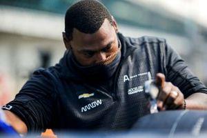 Arrow McLaren SP Chevrolet crew member