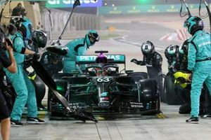 George Russell, Mercedes F1 W11, in the pits