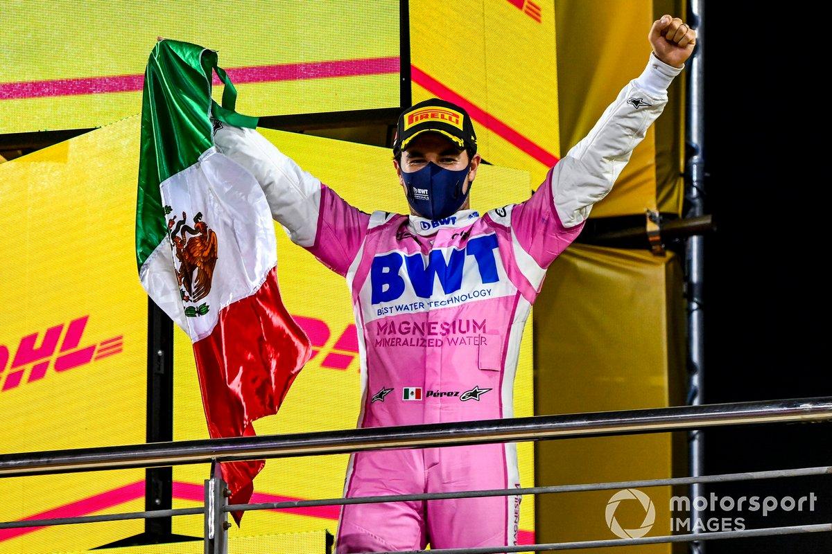 Podio: ganador Sergio Pérez, Racing Point con una bandera de México