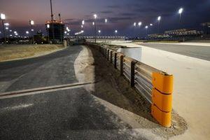 De nieuwe baanafzetting op de plek waar Romain Grosjean, Haas F1, afgelopen weekend crashte tijdens de Grand Prix van Bahrein