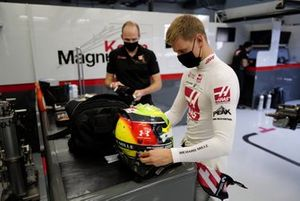 Mick Schumacher takes out his helmet with race engineer Gary Gannon