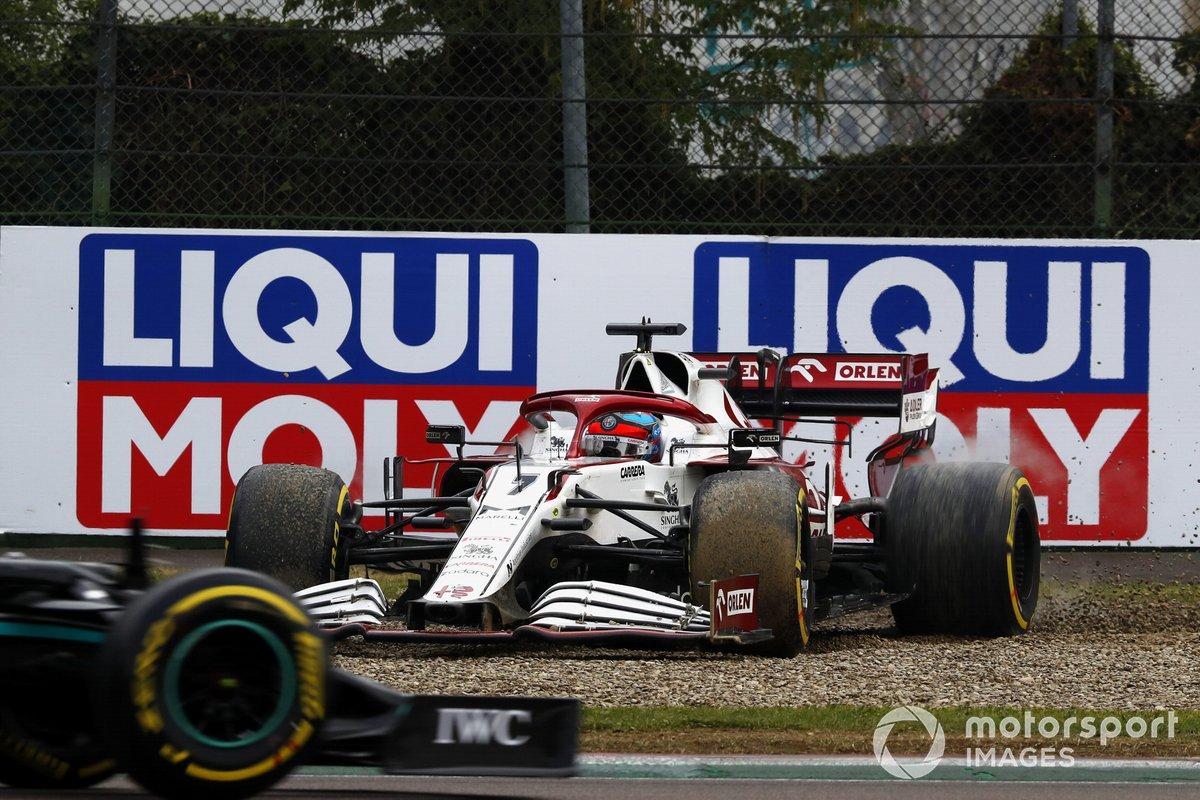 Kimi Raikkonen, Alfa Romeo Racing C41, sobre la grava