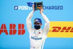 Nyck de Vries, Mercedes-Benz EQ, 1°posto, alza il trofeo