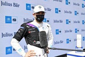 L'auteur de la pole position Jake Dennis, BMW i Andretti Motorsport, lors d'une interview