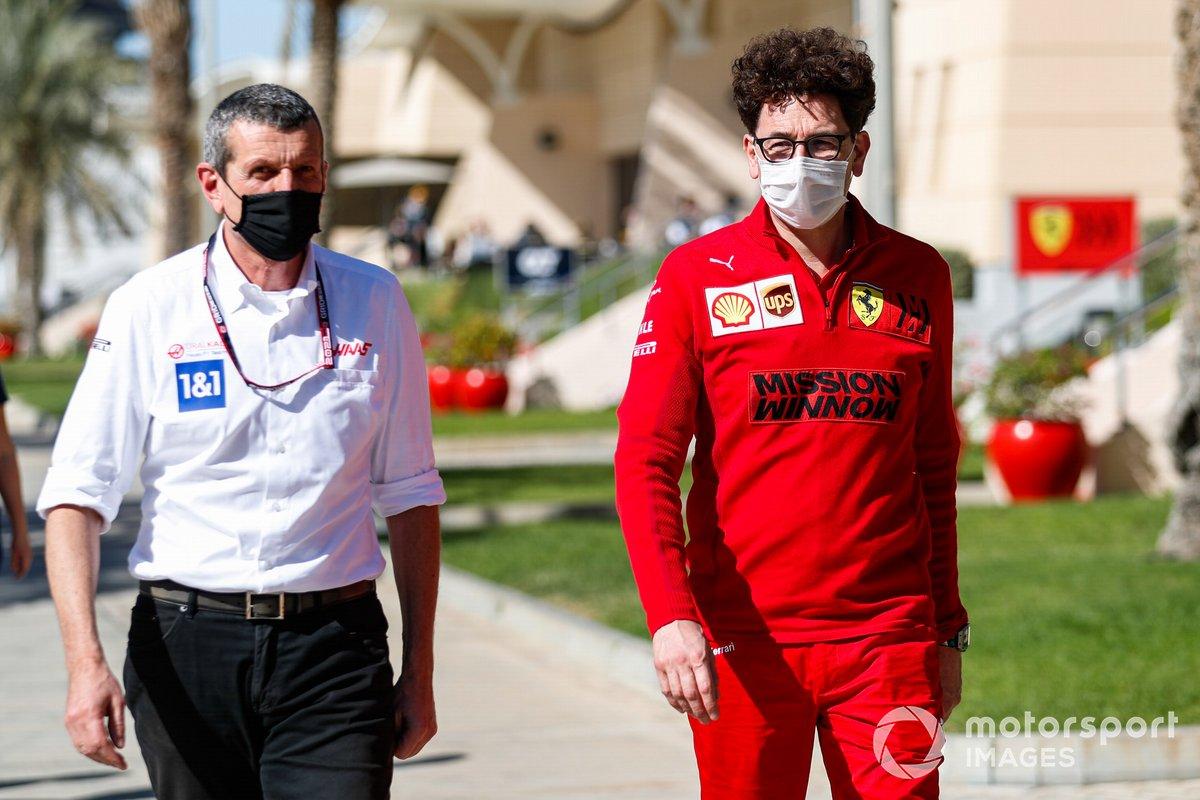 Guenther Steiner, Team Principal, Haas F1, e Mattia Binotto, Team Principal, Ferrari