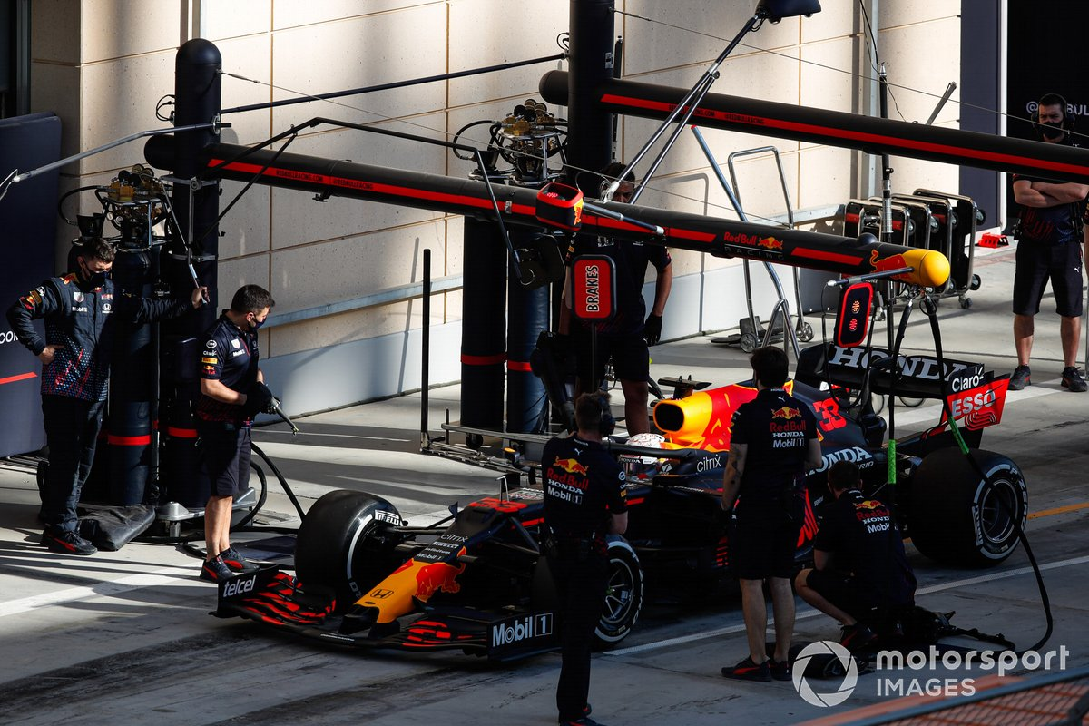 Max Verstappen, Red Bull Racing RB16B, dans les stands
