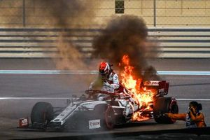 Kimi Raikkonen, Alfa Romeo Racing C39 stops on track with engine fire