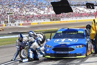 Ryan Blaney, Team Penske, Ford Fusion PPG, effettua un pit stop