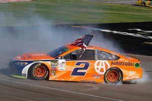 Brad Keselowski, Team Penske, Ford Fusion Autotrader, festeggia la sua vittoria con un burnout