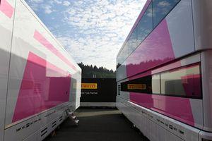 Les camions Force India F1 sans logo