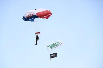 Parachute, pre-race/