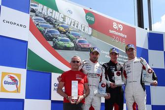 Podio Gara 2: il secondo classificato Simone Iaquinta, il vincitore Riccardo Cazzaniga, Ghinzani Arco Motorsport, il terzo classificato, Giovanni Berton, AB Racing