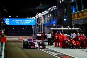 Sergio Perez, Racing Point Force India VJM11 e Sebastian Vettel, Ferrari SF71H, ai box