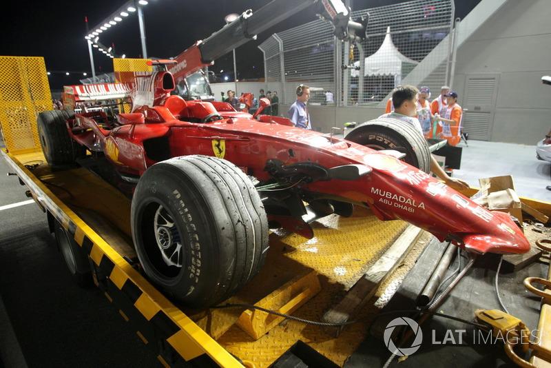 La voiture de Kimi Räikkönen, Ferrari F2008 est évacuée après son accident