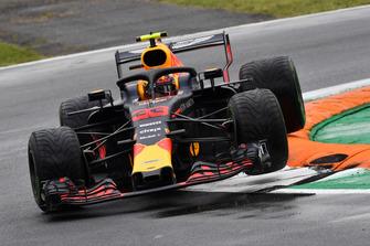 Max Verstappen, Red Bull Racing RB14 springt over de kerb
