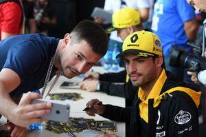 Carlos Sainz Jr., Renault Sport F1 Team prend un selfie avec des fans lors de la séance d'autographes