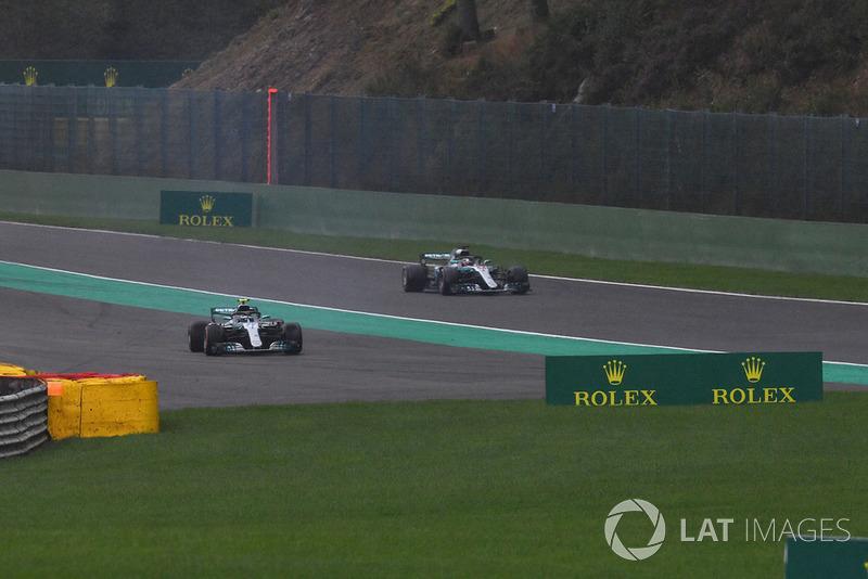 Valtteri Bottas, Mercedes AMG F1 W09 spins in Q3 as Lewis Hamilton, Mercedes AMG F1 W09 passes