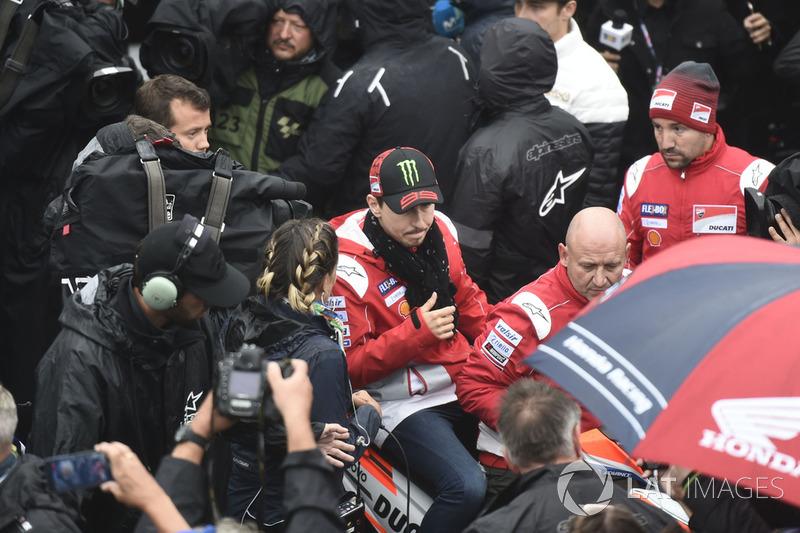 Jorge Lorenzo, Ducati Team, saliendo de la reunión de seguridad