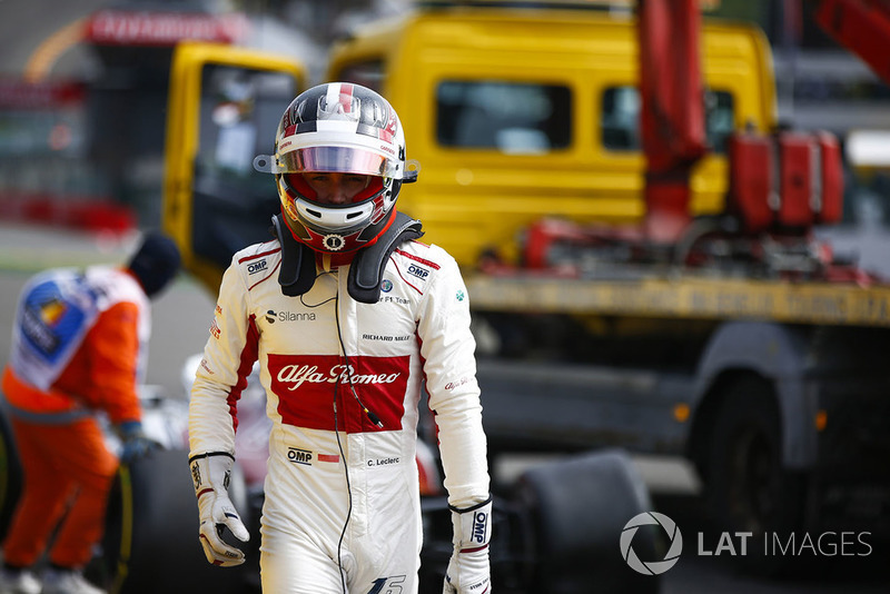 Charles Leclerc, Sauber C37, tras el accidente con Fernando Alonso, McLaren