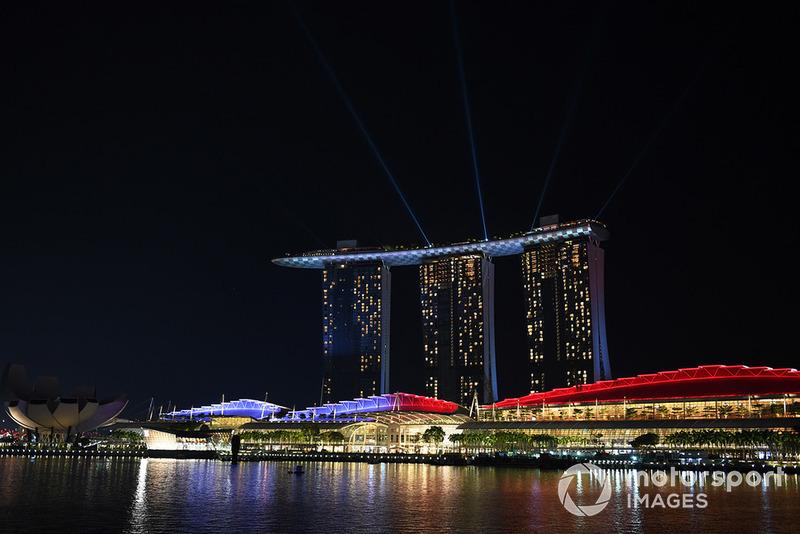 Suasana malam di Marina Bay