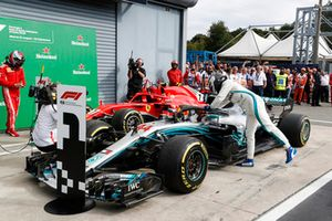 Победитель Льюис Хэмилтон, третье место – Валттери Боттас, Mercedes AMG F1 W09