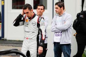 Sébastien Buemi, Nissan e.Dams, guarda la sua auto dai pit lane