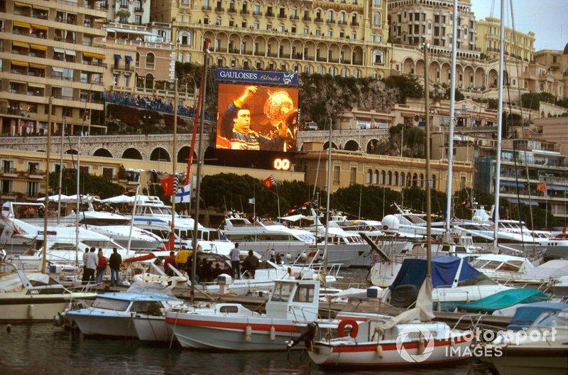 El ganador de la carrera Olivier Panis, Ligier JS43 capturado en la pantalla grande por el puerto