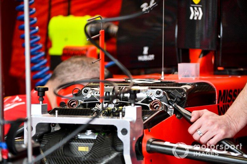 Meccanici della Ferrari a lavoro